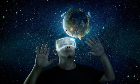 El hombre que llevaba gafas de realidad virtual futurista. Foto de archivo