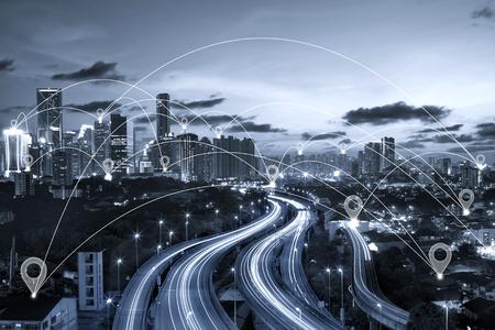 Mapa pin płaskie nad niebieskim tonowe krajobraz miasta i koncepcji połączenia sieciowego