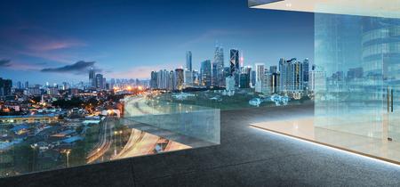 Kuala Lumpur skyline in de nacht met balkon met uitzicht