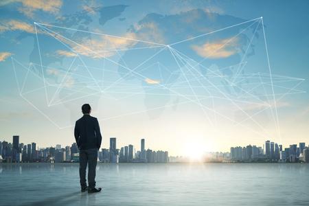 International business concept met zakenman op de skyline van de stad achtergrond met het netwerk op de kaart en zonlicht