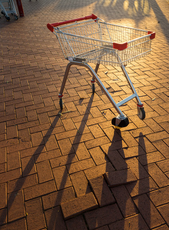 carro supermercado: Supermarket trolley , sunset scene .