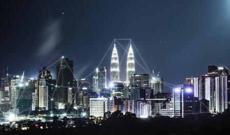 Netwerk en Verbindingstechnologieconcept met stadshorizon, nachtscène. Stockfoto