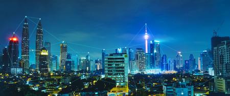 coordinacion: Técnica de conexión a la red y el concepto con el horizonte de la ciudad, escena de la noche. Foto de archivo