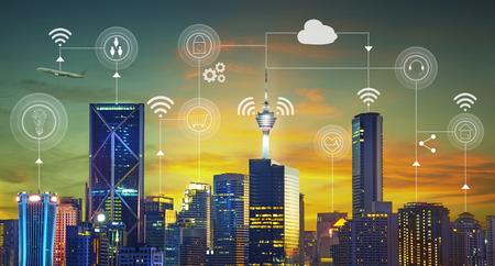 Ville intelligente avec services intelligents et icônes, Internet des objets, réseaux et concept de réalité augmentée