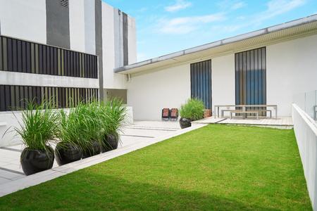 Buiten patio met lege stoel en tafel, Modern gebouw, Maleisië.