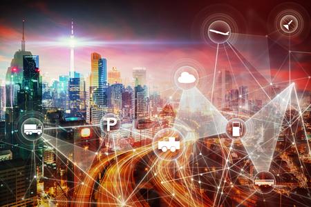 Modern transportnetwerk met stadshorizon en futuristische stadswolkenkrabber afbeelding dubbel belichtings effect van toepassing. intelligent voertuig en slimme transportverbindingsconcept.