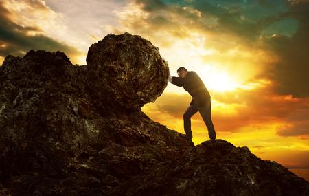 Geschäftsmann, der großen Stein bis zum Hügel, schwere Aufgaben und Problemkonzept des Geschäfts drückt.