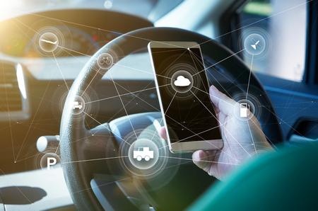 Mensenbestuurder die slim zelf-drijvend autobesturingssysteem op een handtelefoon met behulp van. Futuristisch rijtechnologieconcept.