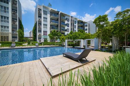 Bâtiments résidentiels modernes avec des installations extérieures, Façade de nouvelles maisons à basse énergie Banque d'images - 84758755
