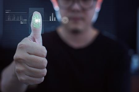 L'empreinte digitale Young businessman scan pour l'analyse d'identité, le concept d'internet et la technologie immersive future pour la sécurité des entreprises.