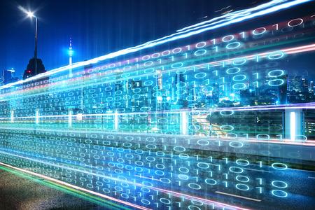 Landstraßenüberführung mit Zahlen des binären Codes auf Bewegung verwischte Asphaltstraße, Geschwindigkeit und schnelleres digitales Matrixtechnologie-Informationskonzept.