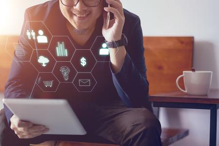 Hombre que sostiene la tableta digital que hace el pago en línea de las compras y de las actividades bancarias. Fondo borroso Foto de archivo