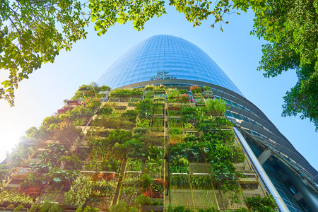 Kuala Lumpur, Maleisië - 22 oktober 2017: panoramisch en perspectief brede hoekmening van staal en glas stad gebouwen met heldere hemel en groene achtergrond. Kuala Lumpur, Maleisië .
