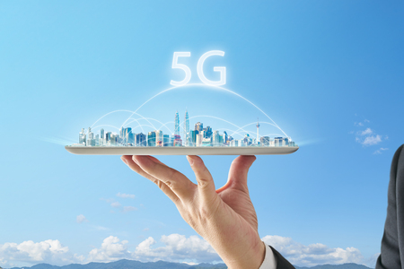 Waiter hand holding an empty digital tablet with smart cityscape and 5G network connection concept . Banque d'images