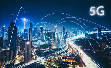 Sistemi wireless di rete 5G e Internet delle cose con skyline della città moderna. Smart city e concetto di rete di comunicazione.