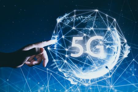 5G Netzwerk drahtlose Systeme und das Internet der Dinge mit dem Menschen berühren Abstract global mit drahtlosen Kommunikationsnetz auf Raum Hintergrund.