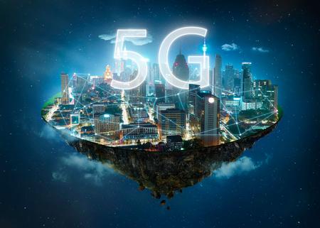 Wyspa fantazji unosząca się w powietrzu z systemami bezprzewodowymi sieci 5G i internetem rzeczy, koncepcja inteligentnego miasta i sieci komunikacyjnej. Zdjęcie Seryjne
