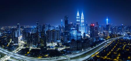 Panoramiczny widok z lotu ptaka w środku panoramę miasta Kuala Lumpur. Nocna scena. Zdjęcie Seryjne