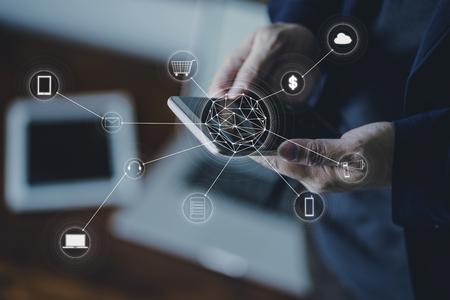 Homme tenant un téléphone intelligent faisant des achats en ligne et des paiements bancaires.