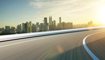 Camino de la calle de la ciudad con el desenfoque de movimiento. Escena de la mañana Concepto de transporte.