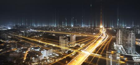 Kommunikationsnetz und Ampel auf der Autobahn. Konzept des Smart City-Netzwerks, der Internetkommunikation und des digitalen Verkehrsmanagementsystems.