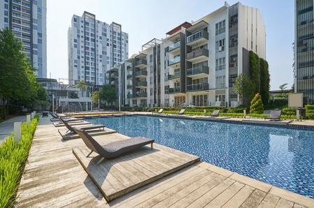 Moderne Wohngebäude mit Außenanlagen, Fassade neuer Niedrigenergiehäuser.