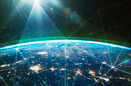 Sieć połączona na całej planecie Ziemia, widok z kosmosu. Koncepcja inteligentnej technologii komunikacji bezprzewodowej. Niektóre elementy tego obrazu dostarczone przez NASA