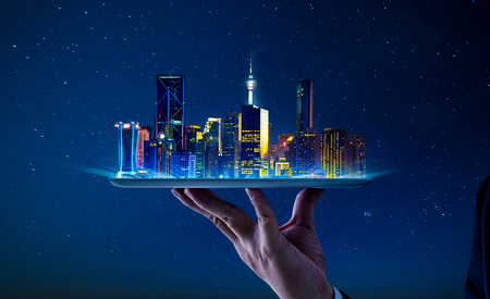 Kellnerhand, die eine leere digitale Tablette mit intelligentem Stadtbild hält.