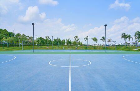 Offener Basketballplatz im Freien unter sonnigem Himmel. Sporthintergrund des gesunden Lebensstils.