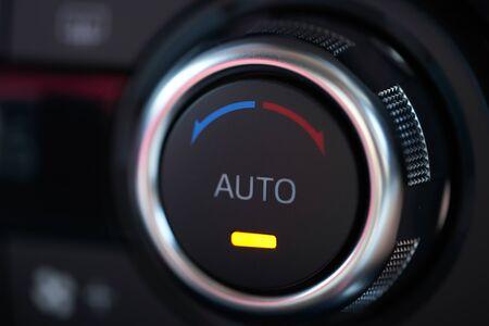 Interior del vehículo de un automóvil moderno con controlador de aire acondicionado