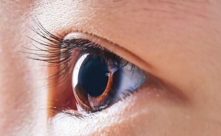 Primer plano y seleccionado centrándose en un hermoso ojo de niña asiática.