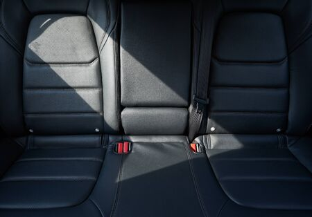 Close-up van een modern auto-interieur met de zwarte lederen achterbank