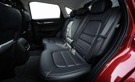 Zbliżenie nowoczesnego wnętrza samochodu z czarnymi skórzanymi tylnymi siedzeniami
