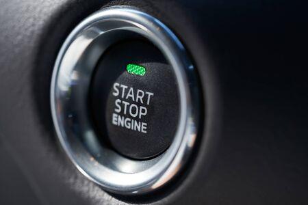 Nahaufnahme eines modernen Autoinnenraums mit Start-Stopp-Motortaste Standard-Bild
