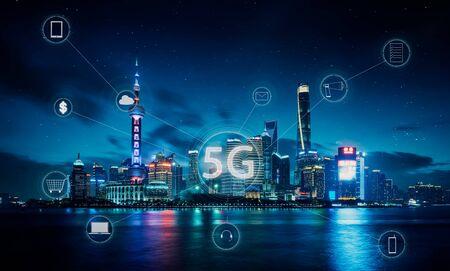 Ciudad moderna con concepto de red de comunicación inalámbrica inteligente 5G.