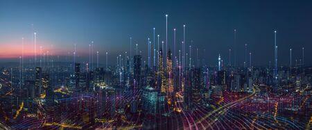Intelligente Stadt und abstrakter Punktpunkt verbinden sich mit Farbverlaufslinie und ästhetischem, kompliziertem Wellenliniendesign, Konzept der Big-Data-Verbindungstechnologie.