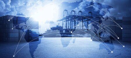 Mehrfachbelichtungseffekt der Weltkarte und der logistischen Netzwerkverteilung mit Containerfrachtschiff im Werfthafenhintergrund, Geschäftskonzept für den Transporthandel.
