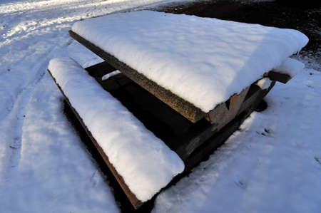 snow-covered picnic table in a park 版權商用圖片