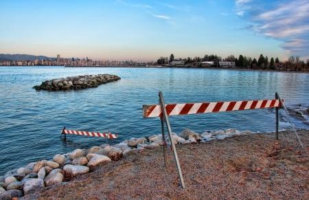 Deze blokkade barrières zijn langs de kust met de Vancouver skyline in de verte