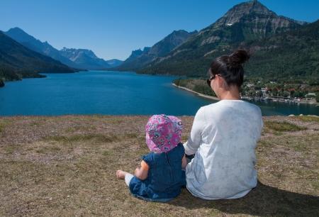 Genomen op Waterton Lakes National Park in Alberta Canada, zijn deze moeder en dochter kijken naar het uitzicht achter de Prince of Wales Hotel. Stockfoto