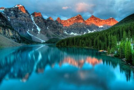 rocky mountains: Genomen op het hoogtepunt van kleur tijdens de ochtend zonsopgang bij Moraine Lake in Banff National Park Stockfoto
