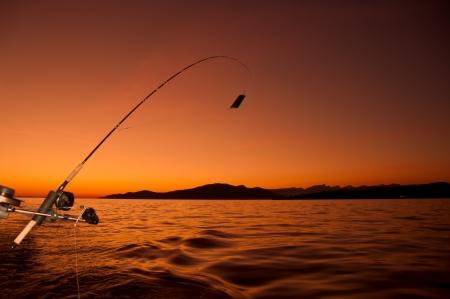 hengelsport: Gehouden met de kust van Vancouver, is deze vissen weg zijn pensioen voor de dag als de zon in de verte Stockfoto