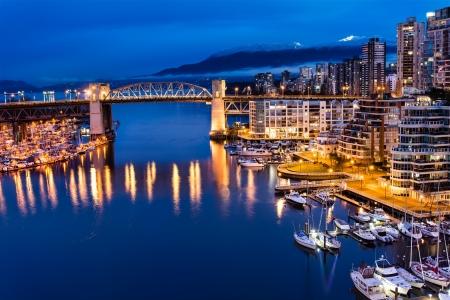 De Horizon van Vancouver en Burrard Street Bridge at Night Stockfoto