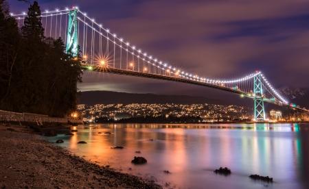 夜の Vancouvers ライオンズ ゲート ブリッジ 写真素材