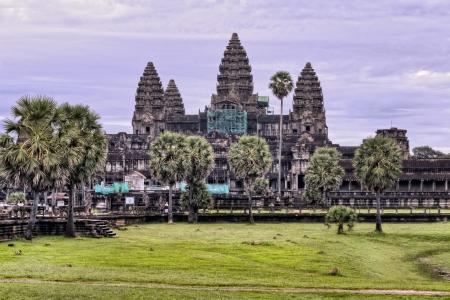 Paars zonsopgang achter Angkor Wat tempel Stockfoto