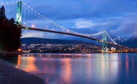 Die Lions Gate Bridge in Vancouver in der Abenddämmerung