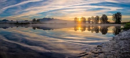 Reflectie van rivierpanorama Stockfoto