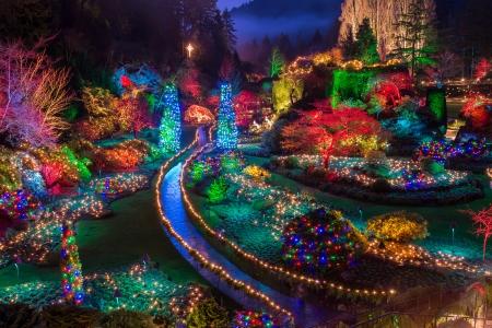 Kleurrijke kerst licht aan Buchart Tuinen