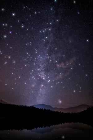 milky way: Melkweg met reusachtige fonkelende sterren