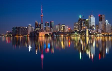Reflection of Toronto City Skyline in Lake Standard-Bild